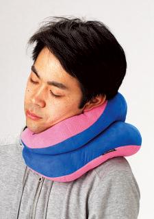頭部を左右どちらかに傾けて 寝る場合は、このようにふたつ 折りにして使うとすごく快適。