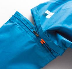 袖とひざはこのように切り離せる。市販品では左右がすぐにわかるようにラベルが付く。