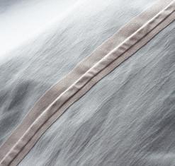 同社オリジナルの 防水透湿素材「ドライテック」を使用。縫い目はすべてシーリング済み。