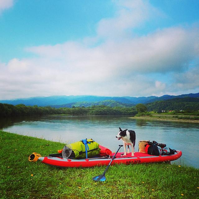 これは昨夏、北海道の天塩川を100キロ下ったときの写真。6日分の食料とキャンプ道具を満載しても取り回しがしやすいSUPは、新しい可能性を秘めた旅道具だ。この旅の詳細は今夏「BE-PAL」に掲載予定! そういえば犬も飼ったぞ。 愛用のSUPはHALAというブランドの「NASU」というモデル。