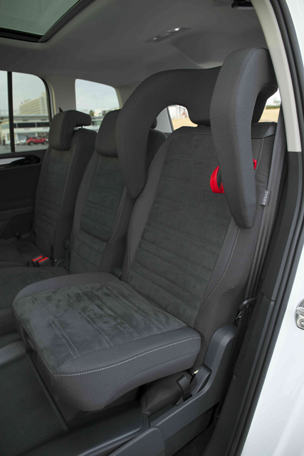 2列目の左右には、通常時は普通のシートとして使える「インテグレーテッド・チャイルドシート(後席一体型チャイルドシート)」を装着できる(グレード別オプション)