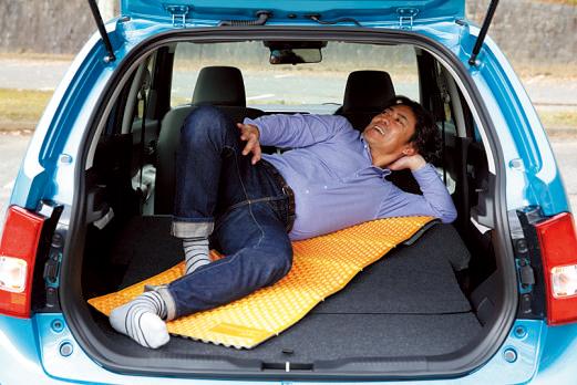 リアシートをたためば、対角線上にひとりが寝られる。