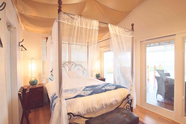 室内はフローリングで、天蓋付きのダブルベッド、ソファ、トイレ、シャワー室がある。アメニティも揃い、寝間着さえあればOK。