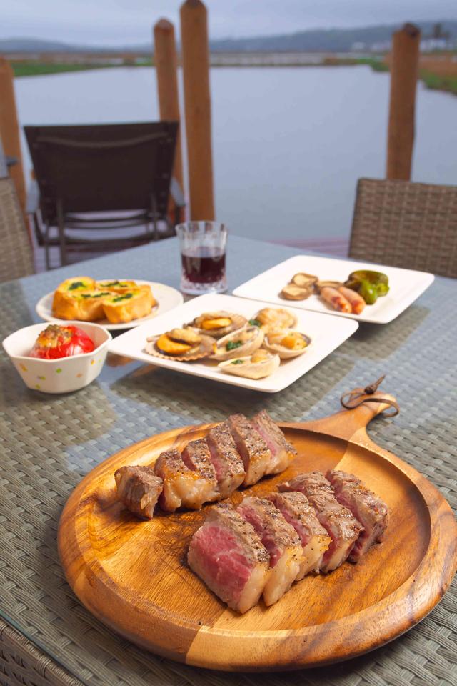 夕食のアメリカンBBQセット。肉はカナダリブアイスステーキだが、ひとり1,300円で国産牛に変更可能。野菜や魚介類もつく。