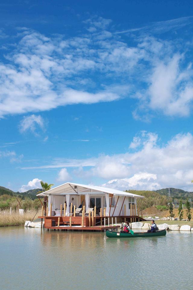 カヌーが付属していて、目の前のラグーンに直接、漕ぎ出せる。風景がのような眺めを見ながらベッドでボーッとするのもいい。