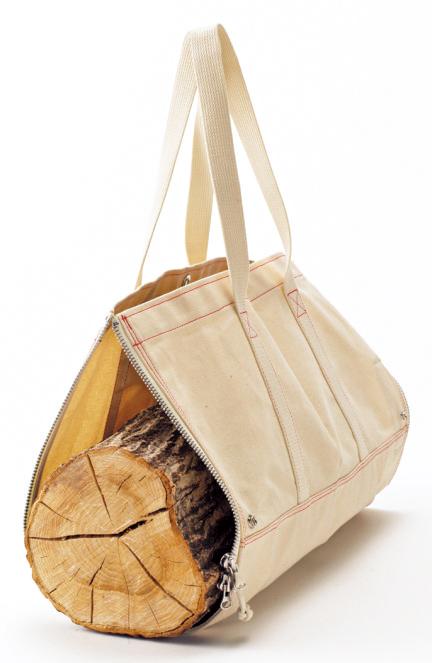 マチを全開にすれば、薪などを運ぶときに便利!重量物のときには、ふたりでハンドルを片方ずつ 持って運ぶことも可能。
