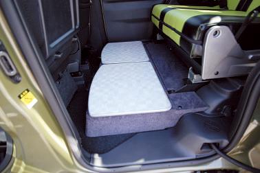 後部シートの足元にはふた付きの収納を設置。シューズや小物置 き場に。