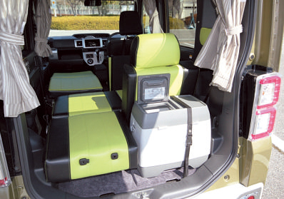 左側を長尺物置き場にして、オプションのポータブル冷蔵庫を設置した状態。
