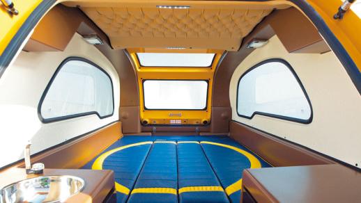 ベッドの状態。キャンピングトレ ーラーとしても申し分なく使える広 さ。マットの表面は写真のビニール レザーのほか、色と素材が選べる。