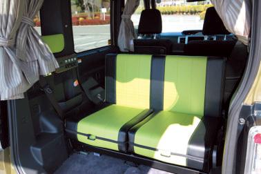 リアゲートを開けて、シートを後ろ向きにすればテラス席に。