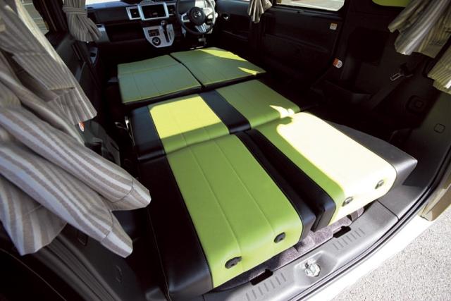 純正シートよりもたたん だときの起伏が少なく、寝 心地は抜群。全面を覆う遮光カーテンは標準装備だ。
