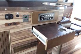 スライ ドテーブル付きのキッチンは、 天板の側面をステンレス製エッジモールで加飾。細かい部分の仕上げも美しい。