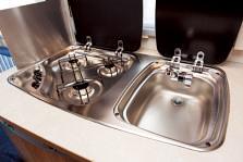 カセットガス式3バーナーコンロと混合水洗ステンレスシンクが付いたキッチン
