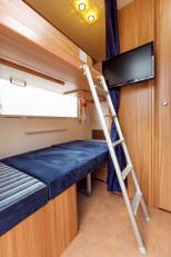 後方のダイニングもベッドに展開可能。上段の収納式ベッドと合わせて2人が寝られる。