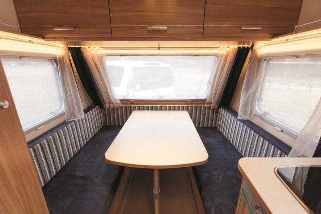 3面から日差しが届く、前方のメインダイニング。 窓にはカーテン、網戸、ブラインドも付いている。