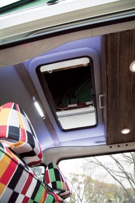 ❷ルーフテントを取り付けた 場合、通常出入りは外からのみ。こちらは屋根を加工してサンルーフ化し、車内からの出入りを可能にしている。