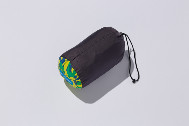 スタッフバッグに収納すると、500㎖ペットボトル程度の大きさに。持ち歩きに負担がない。