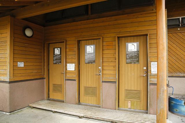 炊事棟は2か所。バリアフリー対応のトイレ棟は3か所。シャワーは2か所ある。しっかりした造りで、管理も行き届いている。