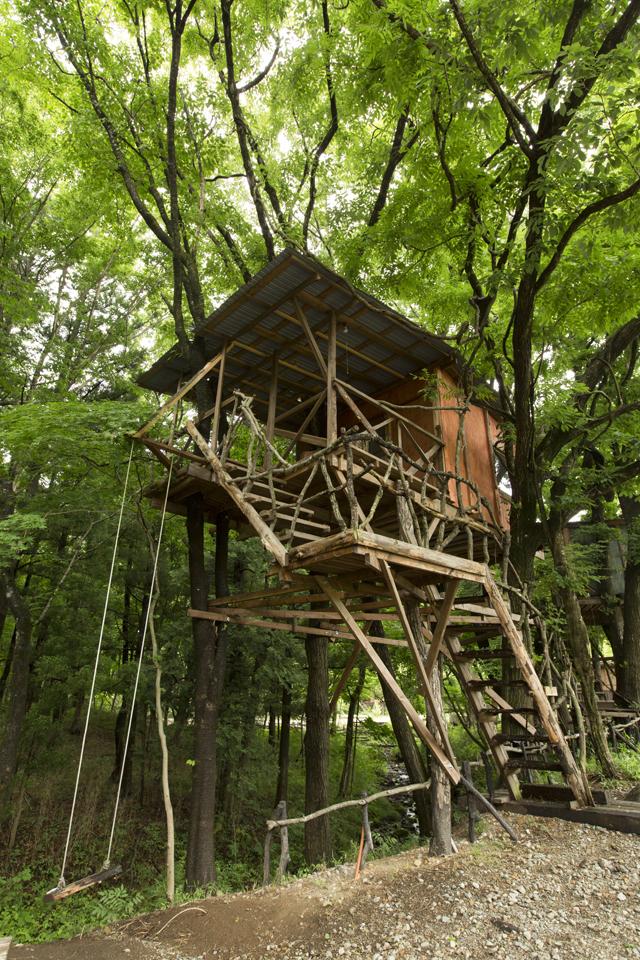 ブランコ付きのj棟。13,000円。広葉樹林を流れる渓流沿いに建てられていてマイナスイオンがいっぱい。