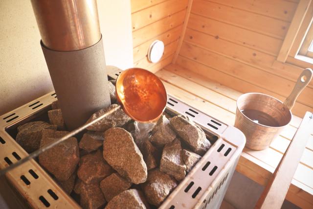 サウナストーブで熱した石に水をかけ、蒸気や熱気を浴びて、心身をリフレッシュさせるロウリュウが楽しめる。