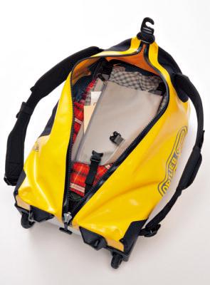 荷物留めストラップ 中央にポケットを兼ね たパネルが付き、荷物 を面で押さえられる。