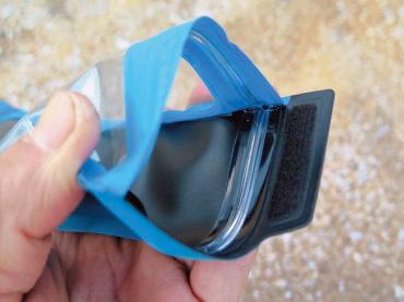 無色の樹脂ファスナーを使った シンプルな構造だが、上下の溝が確実に合わさり、水の浸入を防ぐ。