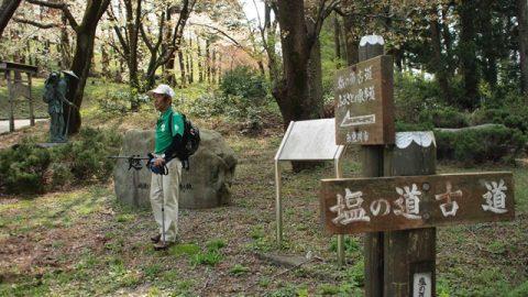 左は歩荷像。ゲストガイドの渡辺さんとともに。ここから山道へ