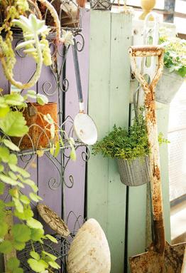 板は片面ずつ違う色を塗っておけば、季節や植物に合わせて簡単に模様替えできる。鉢や棚などを手前に置いて押えれば、打ち付けなくてもすむ。