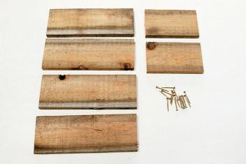 スギの貫板/24×8.8㎝を4枚、 15×8.8㎝(厚さ各1.3㎝)を2枚 (DIYショップで購入可能)。ビス (直径3.3×長さ35㎜)16本。
