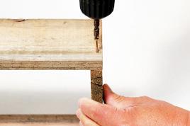 ビスで固定(1辺に2か所 ずつ)。ガイド穴をあけて おくと木の割れを防げる。
