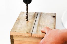 底板に排水用の穴をあける。今回は直径1.2㎝のドリルで6か所あけた。仕上げにオイルフィニッシュを塗っておくと、水が染み込むのを防げる。