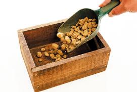 底面が隠れるくらいゴロ土を入れる。鉢底専用の石を使ってもOK。