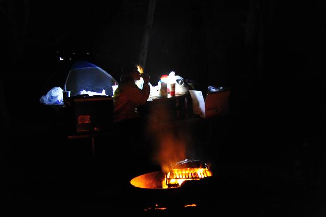 キャンプサイトには、10人掛けテーブルとファイヤーピットが標準装備