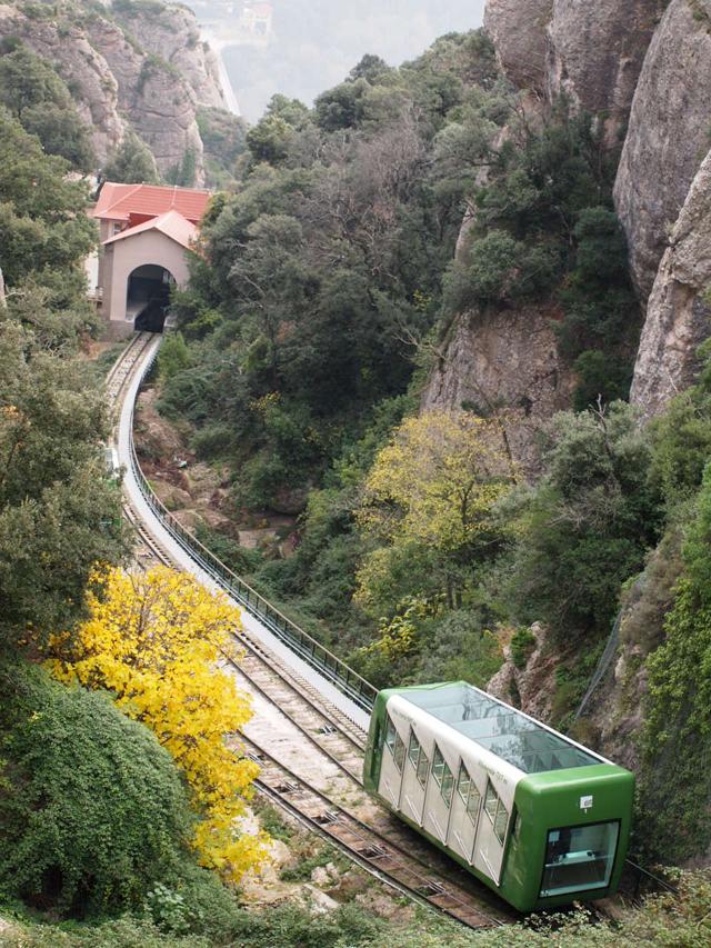 サンタ・コバ(Santa Cova)のハイキングコースに向かうため、崖沿いの登山電車に乗ります。この急な斜面をゆっくりゆっくり降りて行く経験も楽しい