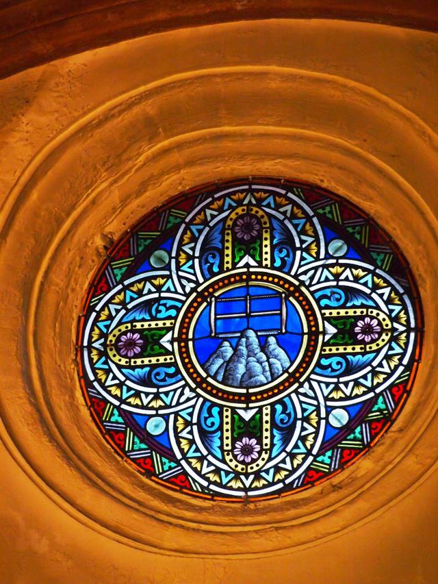 礼拝堂内のステンドグラスにも、岩のモチーフが