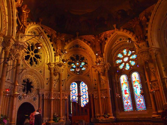 内部の装飾やステンドグラスも素晴らしい、の一言。どれほどの年月をかけてこれだけのものを作り上げたのでしょう…