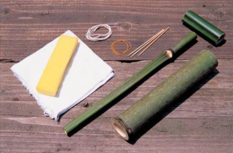 本体用の竹筒(節をひとつ残した もの)、突き棒用の竹(本体より10 ㎝ほど長くカット)、持ち手用の竹、 竹串、輪ゴム、たこ糸、スポンジ、 あまり布。