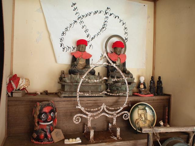 下里瀬の薬師堂。赤い帽子と襟巻きは地元の方のお手製。