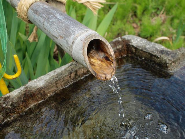 虫尾にある阿弥陀様の岩清水。