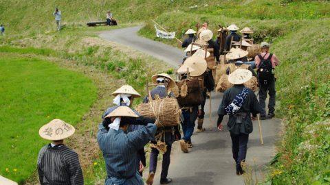 塩の道祭りの来場者は装束を纏った歩荷隊とともに歩く。私も今年は村娘の格好で歩きました(照)。