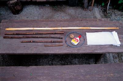 網の枠用の孟宗竹(網 の直径×3.14+約10 ㎝)、柄になる黒竹3本、 ジョイント用の枝、市販 の網、針金、麻ひも。