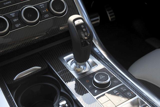 さまざまな路面状況に対応する4WD制御システム「テレイン・レスポンス」を装備。渡河水深限界は85㎝を誇り、牽引能力は3トン