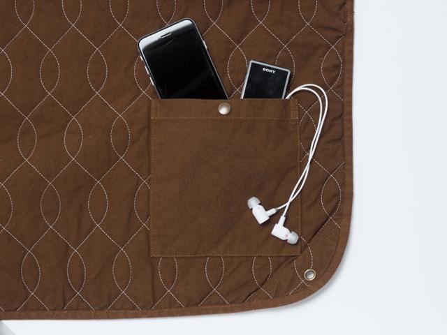 角にポケットがついているので、携帯電話や音楽プレーヤーなんかを入れたり。