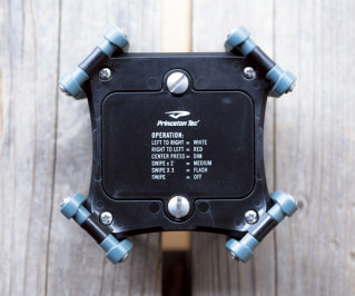 底部の電池ボックスはガッチリと留められ、防水性は上々。雨くらいは、ものともしない。