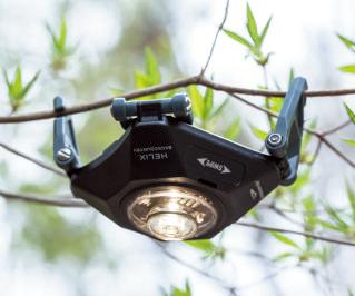 ボディーを取り外し、スポットライト的な使用も可。軽くなり、反対向きにも吊るしやすい。
