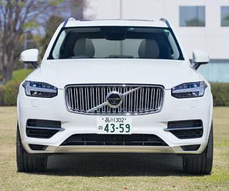 ヘッドライトの白い部 分はポジションライト。 グリルを含めたデザイン は今後、他のモデルにも 導入される。