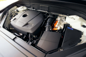 4気筒エンジンとモーターの組み合わせで、重量級にもか かわらず燃費は良好。モーターでの走行可能距離は35.4㎞、最高速度は100㎞/h以上。外部充電器は200V規格だ。