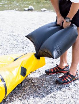 付属ポンプパックを 使えば数分で膨らむが、 最後の空気の追加には 自分で息を吹き込む。