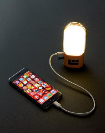 発電した電気はセッ トのパワーライトに 蓄電しておく。パワ ーライトはリチウム イオン電池内蔵で蓄 電容量は4,400mAh。