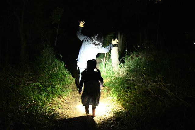 ライトの使い方に慣れないときは、前に立った人を照らして遊んでみよう。 こうすることで、どこが見えて、どこが見えないのかを感覚的に理解できる